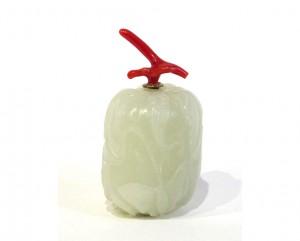 Tabatière en néphrite sculptée en forme d'un melon avec ses feuilles et d'un papillon