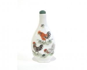 Tabatière piriforme en porcelaine à décor émaillé polychrome de trois coqs