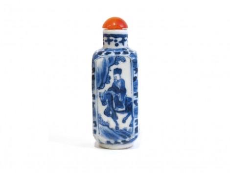 Tabatière en porcelaine bleu et blanc à quatre pans
