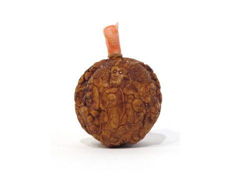 Petit flacon tabatière sculpté à partir d'une noix 3