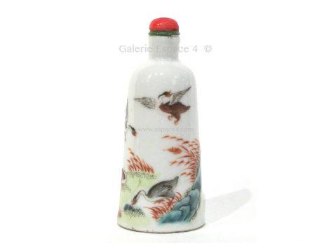 Tabatière chinoise en porcelaine de forme « cloche » à décor polychrome 2