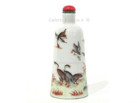 Tabatière chinoise en porcelaine de forme cloche à décor polychrome