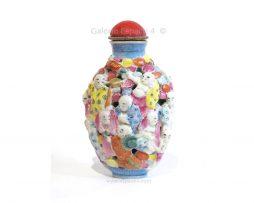 Tabatière en porcelaine moulée et réticulée à décor polychrome