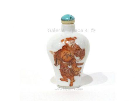 Petite tabatière chinoise en porcelaine émaillée en rouge de fer