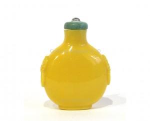 Ancienne tabatière chinoise en verre monochrome jaune de forme arrondie