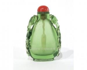 Ancienne tabatière chinoise en forme de poire, en verre vert sculpté de deux dragons chi