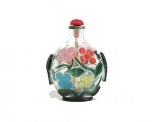 Tabatière en verre overlay cinq couleurs sur fond translucide sculptée d'un décor floral