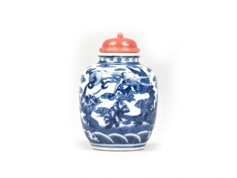 Tabatière en porcelaine sous couverte bleu et blanc en forme de jarre