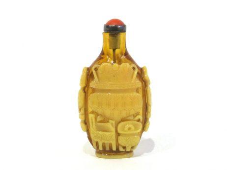Tabatière en verre overlay jaune sur fond jaune ambré