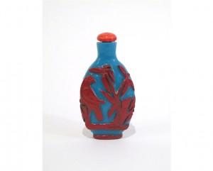 Tabatière en verre overlay rouge cinabre sur fond opaque turquoise à décor sculpté