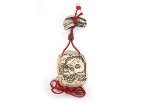 Inro à deux cases en corne de cerf décoré d'un crâne gravé