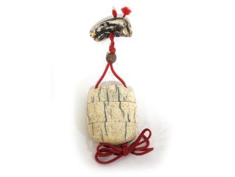 Inro à deux cases en corne de cerf décoré d'un crâne gravé 2