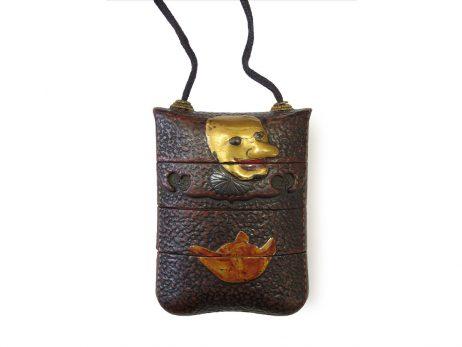 Inro trois cases - Pochette imitant le cuir avec masques de theatre