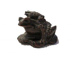 Netsuke en bois - Deux crapauds sur une sandale de Masanao