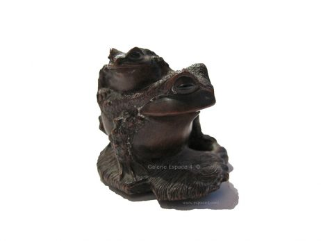 Netsuke en bois - Deux crapauds sur une sandale de Masanao 2