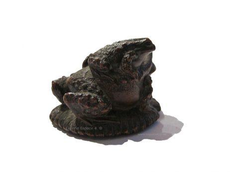 Netsuke en bois - Deux crapauds sur une sandale de Masanao 3