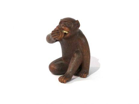 Netsuke en bois katabori - Singe mangeant un kaki par Masakiyo