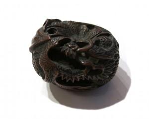 Netsuke en bois - Dragon lové dans une orange
