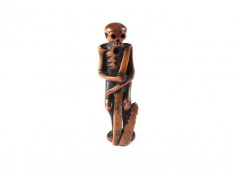 Netsuke en bois - Squelette tenant une stele funeraire