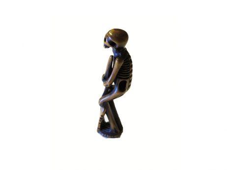 Netsuke en bois - Squelette tenant une stele funeraire 3