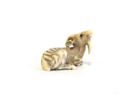 Netsuke en ivoire - Chèvre couchée par Ransen