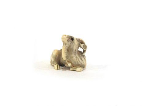 Netsuke en ivoire - Chèvre couchée par Ransen 2