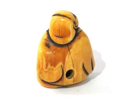 Netsuke en ivoire de type katabori représentant un homme assis et souriant 3