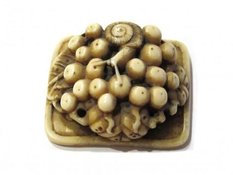 Netsuke en ivoire de morse - Escargot sur des baies