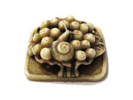 Netsuke en ivoire de morse - Escargot sur des baies 2