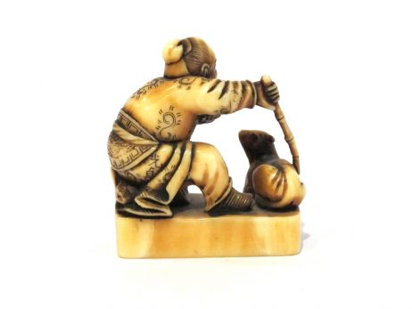 Netsuke en ivoire katabori - Vieil homme chinois avec une chêvre 3