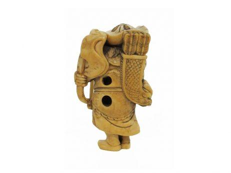 Netsuke en ivoire représentant un archer tartare tourné de trois quarts 2