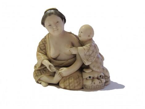 Okimono en ivoire - Femme et son enfant
