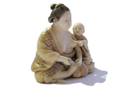 Okimono en ivoire - Femme et son enfant 2
