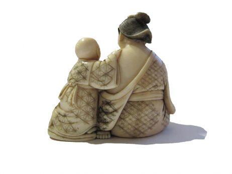 Okimono en ivoire - Femme et son enfant 3