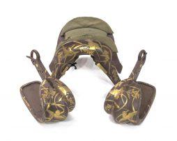Ensemble composé d'une selle, kura, et son coussin, basen, et d'une paire d'étriers, abumi