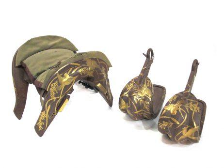 Ensemble composé d'une selle, kura, et son coussin, basen, et d'une paire d'étriers, abumi 2