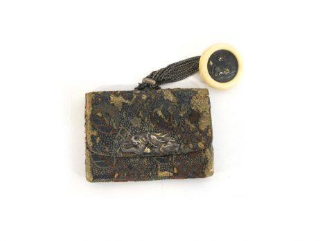 Pochette à tabac en soie décorée d'un kanamono en argent et or