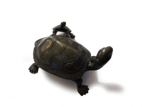 Tortue en bronze avec son petit appuyé sur le bas de sa carapace 2