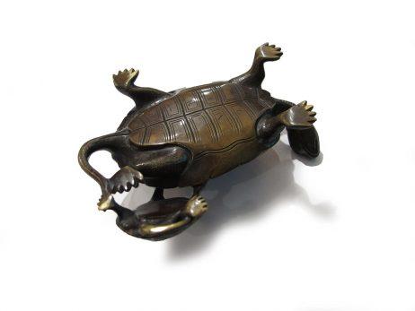 Tortue en bronze avec son petit appuyé sur le bas de sa carapace 3