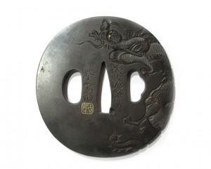 Tsuba en fer nagamarugata - Dragon dans les airs