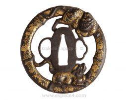 Tsuba en fer marugata - Deux tigres au milieu de rinceaux