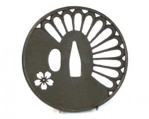 Tsuba en fer marugata - Pétales de chrysanthème et fleur de cerisier