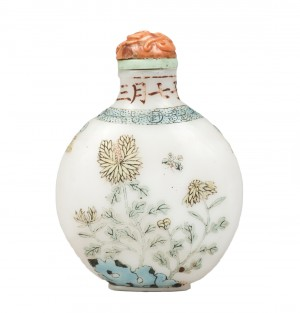 Tabatiere verre emaillee email blanc chine chinoise qialong guyuexuan pavillon lune chrysantheme poeme empereur