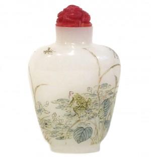 Tabatière en verre émaillé à décor de grenouille. Marque Guyue Xuan.