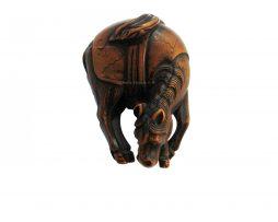 Netsuke en bois japonais repséentant un cheval paissant