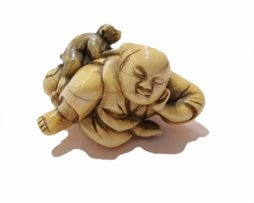 Netsuke ivoire montreur de singe ou sarumawashi periode Edo