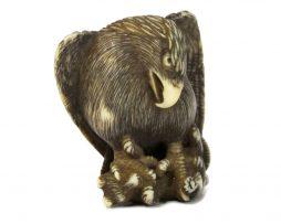Netsuke en ivoire d'un aigle avec un loup dans ses pattes