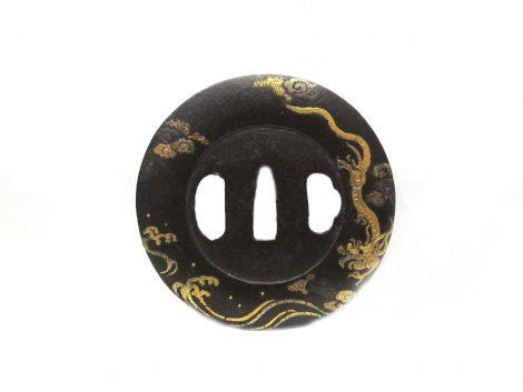Tsuba en fer narugata décor dragon or sur les flots et nuages 1