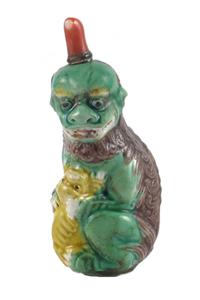 Tabatière en porcelaine représentant un chien de Fô émaillé vert, jaune et brun. 1796-1820